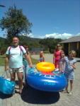 Eine Familie mit Schlauchboot