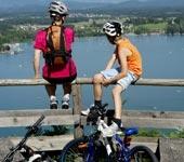Das Foto zeigt Radfahrer über dem Klopeiner See
