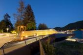 Das Foto zeigt die neu gestaltete Seepromenade am Klopeiner See