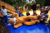 Das Foto zeigt Kinder am Hüpfkissen in der Walderlebniswelt Klopeiner See
