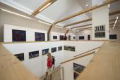 Das Foto zeigt den Innenraum der Werner Berg Galerie