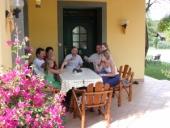 Zusammensitzen auf der Terrasse