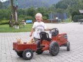 Das Foto zeigt ein Kind mit dem Traktor